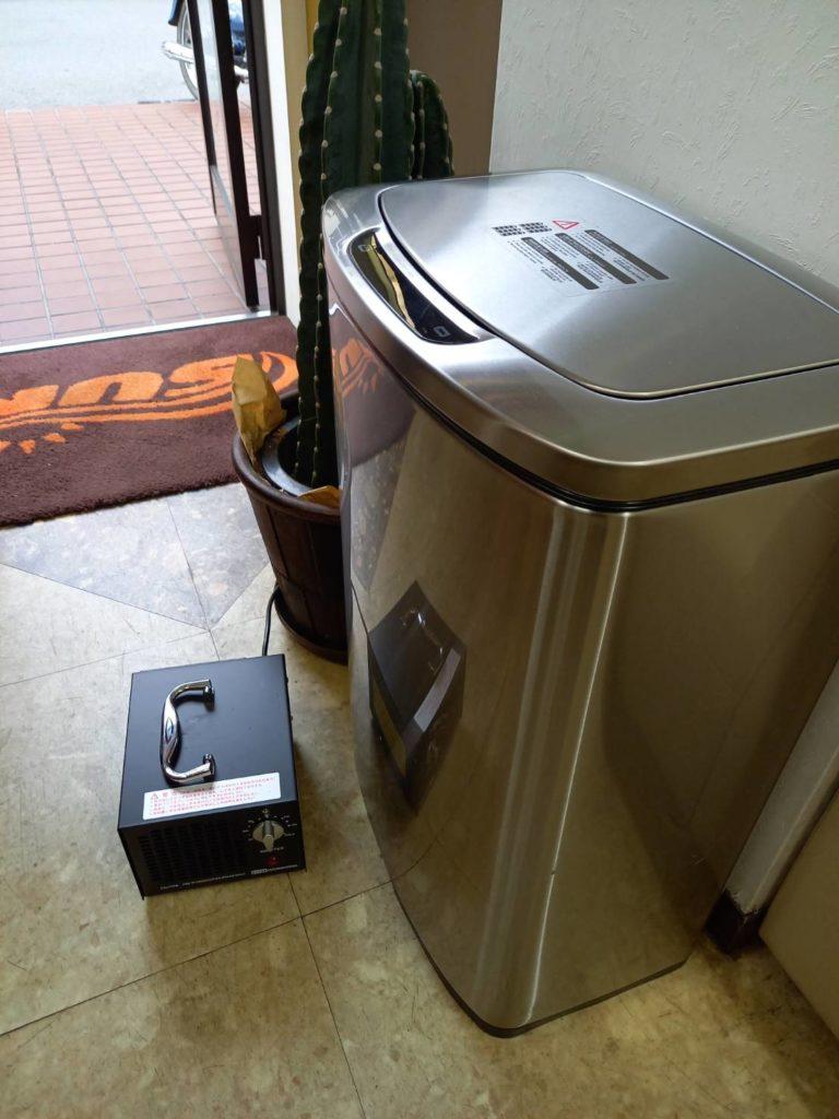 オゾン発生器と手をかざすだけでふたが開くゴミ箱